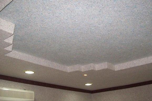 Белые жидкие обои на потолке