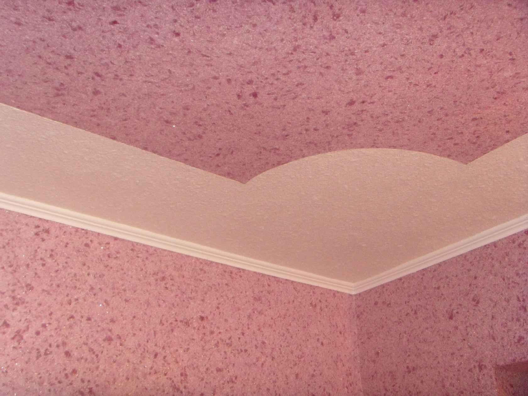 Розовые жидкие обои на потолке фото