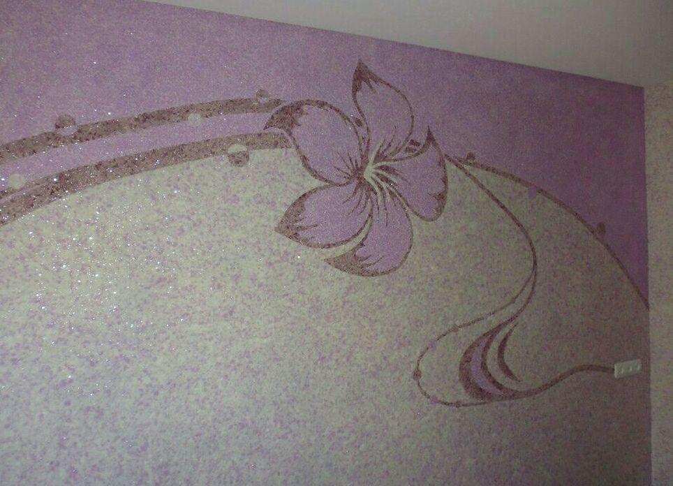 Сиреневые жидкие обои на стенах в гостиной