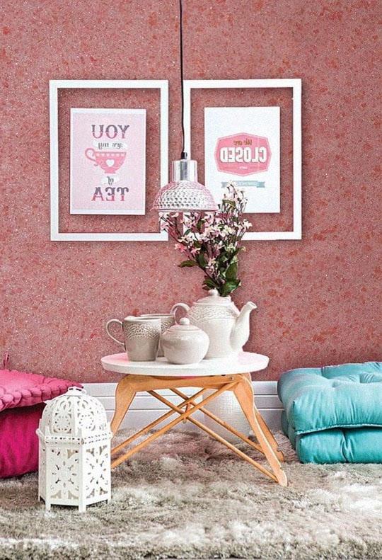 розовые жидкие обои в спальне
