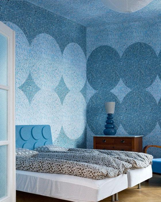 синие жидкие обои в спальне