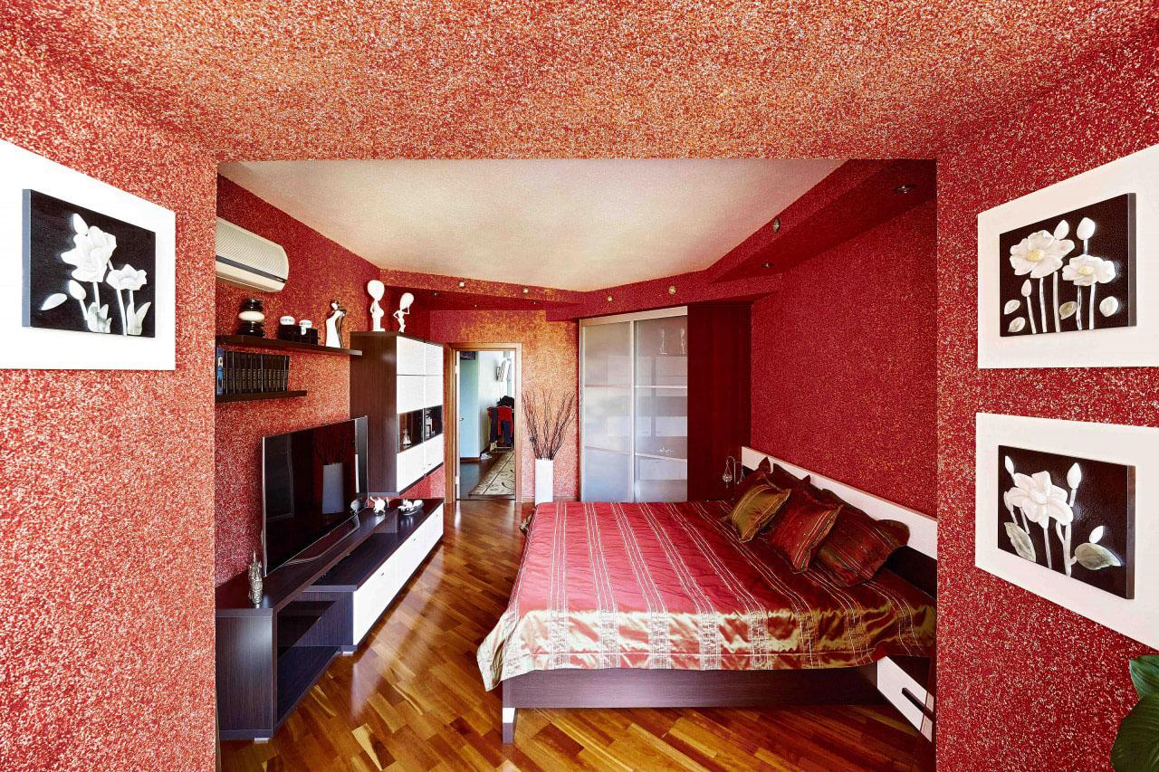 красные жидкие обои в спальне