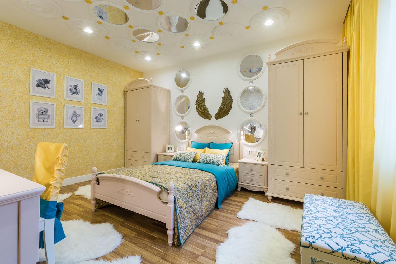желтые жидкие обои в спальне